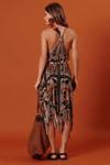 Vestido-franjas-marrom-yacamim-costas