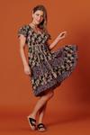 Vestido-curto-patchwork-preto-floral-yacamim-pose