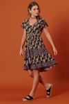 Vestido-curto-patchwork-preto-floral-yacamim-lado