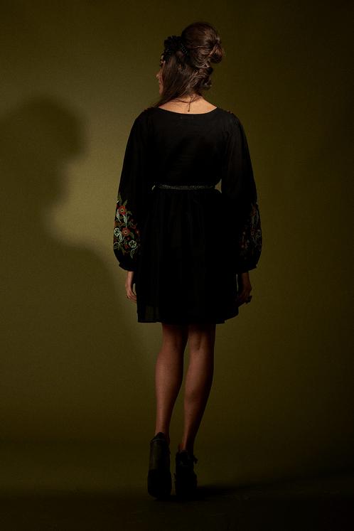 Vestido-Preto-Bordado-Yacamim-Costas