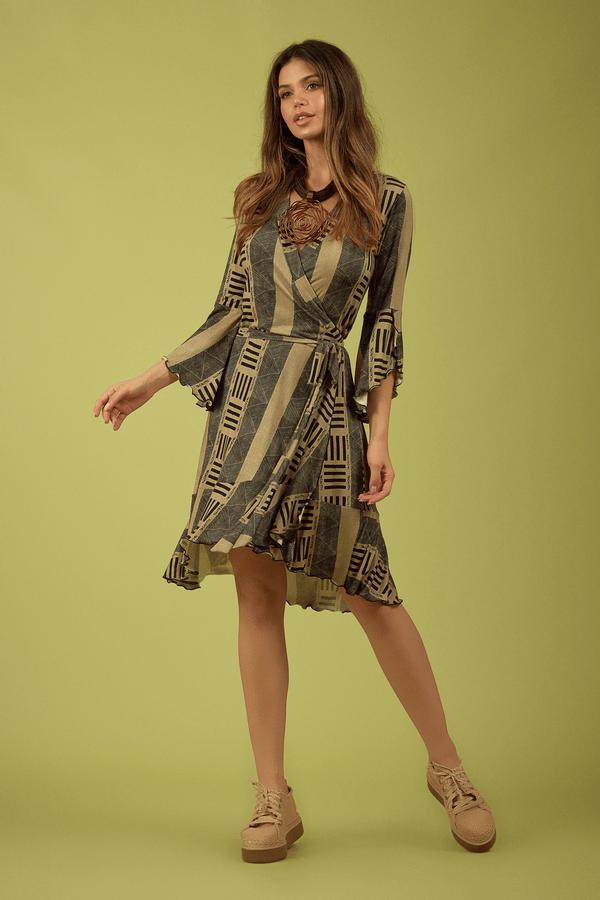 Vestido-Curto-Transpassado-Yacamim-Pose