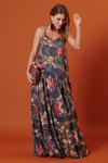 Vestido-longo-alcas-azul-marinho-estampado-yacamim-pose