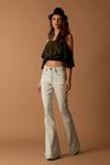 Calca-Flare-Jeans-Yacamim-Pose
