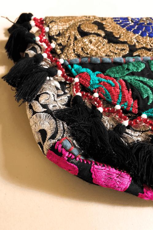 Bolsa-de-mao-indiana-preta-yacamim-detalhes