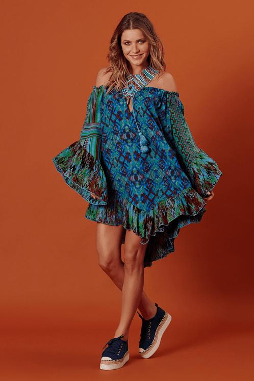 Vestido-Ciganinha-Pontas-Azul-Patchwork-Yacamim-pose