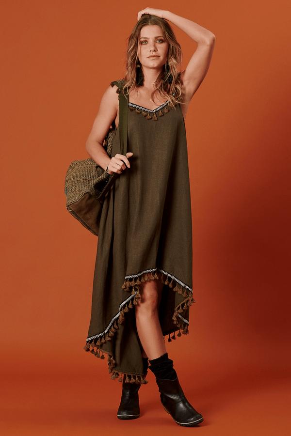 Vestido-Mullet-om-Franjas-Verde-Militar-Yacamim-pose-min