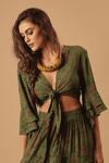 Cropped-Verde-Patchwork-Yacamim-Pose