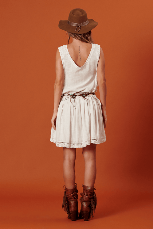 Vestido-curto-com-aberturas-laterais-yacamim-costas