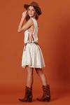 Vestido-curto-com-aberturas-laterais-yacamim-detalhe
