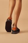 Tenis-com-elastico-laranja-Yacamim-Frente