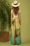 Calca-Amarela-Tropical-Yacamim-Pose