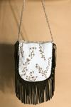 Bolsa-de-couro-com-conchas-Yacamim-costas