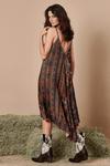 Vestido-com-alca-trancada-Yacamim-pose