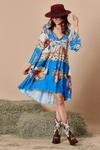 Vestido-curto-floral-Yacamim-pose
