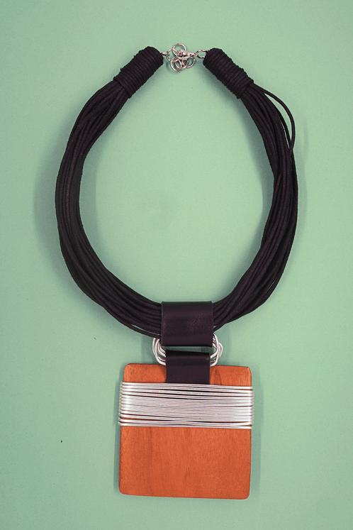 Colar-artesanal-fios-pretos-detalhe-madeira-yacamim