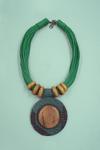 Colar-de-fios-verdes-detalhe-em-madeira-yacamim