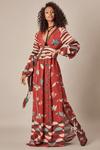 Vestido-Longo-Vermelho-Escuro-Yacamim-pose