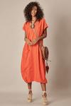 Vestido-decote-V-laranja-Yacamim-frente