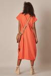 Vestido-decote-V-laranja-Yacamim-costas