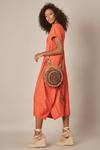 Vestido-decote-V-laranja-Yacamim-pose