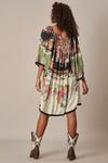 Vestido-Curto-Amplo-preto-Floral-Yacamim-costas