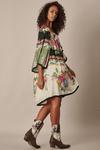 Vestido-Curto-Amplo-preto-Floral-Yacamim-pose
