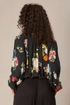 Bata-ampla-preta-estampada-Yacamim-costas