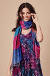 lenco-cashmere-rosa-azul-vermelho-yacamim-pose