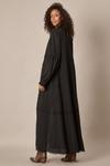 Kimono-Longo-Preto-Guipure-Yacamim-pose