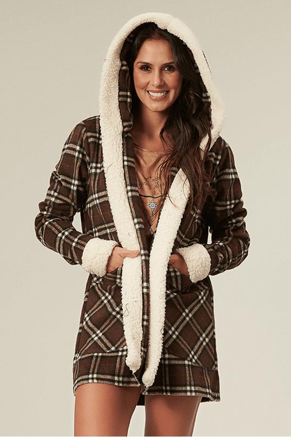 casaco-xadrez-marrom-yacamim-pose