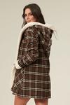 casaco-xadrez-marrom-yacamim-costas