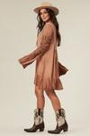 Vestido-curto-marrom-estonado-yacamim-pose