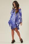 Vestido-Curto-Azul-Tie-Dye-Yacamim-pose