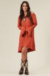 Vestido-Laranja-entremeio-Yacamim-pose