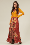 Saia-Longa-Vermelha-Floral-Yacamim-pose