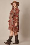 vestido-curto-marrom-estampado-yacamim-plus-pose