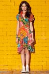Vestido-curto-transpassado-estampa-floral-yacamim-pose