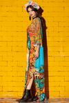 Vestido-Longo-estampa-mexicana-yacamim-pose