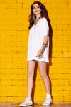 Camiseta-branca-decote-V-yacamim-pose