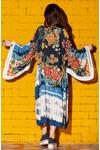 Kimono-Estampado-Yacamim-Pose
