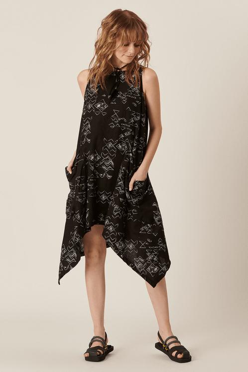Vestido-pontas-linho-preto-yacamim-frente