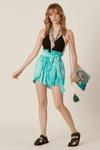 Shorts-Azul-Yacamim-Pose