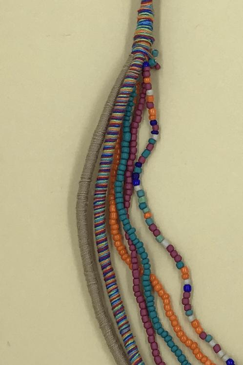 Colar-Cordas-Missangas-Bege-Yacamim-detalhe