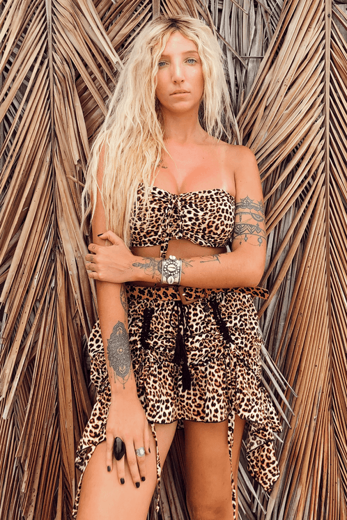 Saia-Curta-Animal-Print-pose