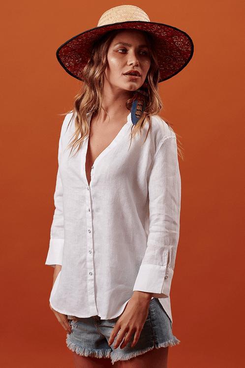 Camisa-Mangas-3-8-branca-linho-Yacamim-pose