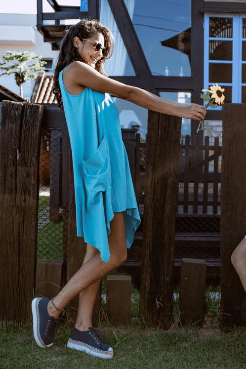 Vestido-Azul-Turquesa-Pontas-Yacamim-pose