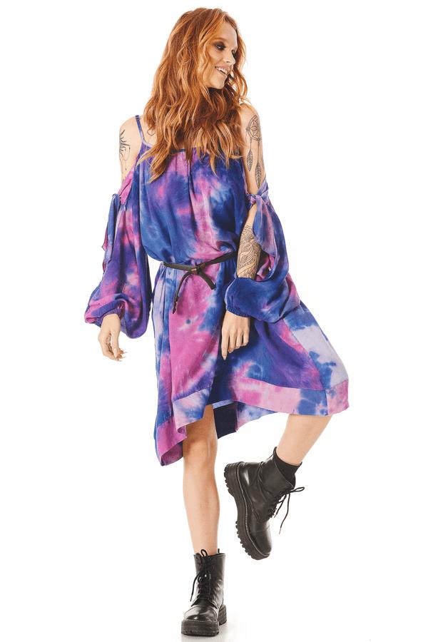 Vestido-Curto-com-Mangas-Abertas-Roxo-Tie-Dye-Digital-Yacamim-pose