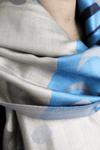 Pashimina-Azul-Claro-e-Azul-Escuro-Yacamim-detalhe