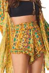Shorts-amarelos-estampado-yacamim-perto