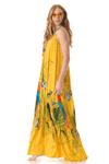 Vestido-Longo-amarelo-estampado-yacamim-pose